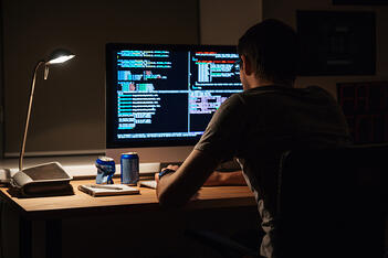 un informatico che fa smart working in Italia al buio