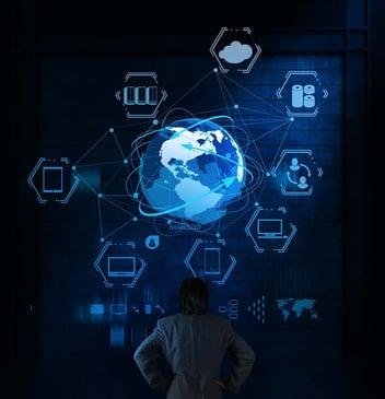 Mondo circondato da vari componenti informatici per rappresentare il Cloud Computing